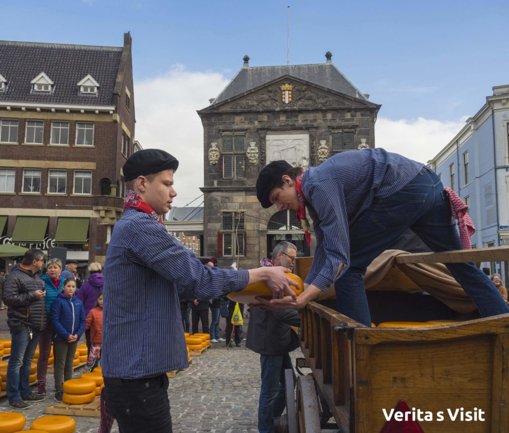 Cheese boys, cart &  market Gouda tour groep reis Verita's Visit